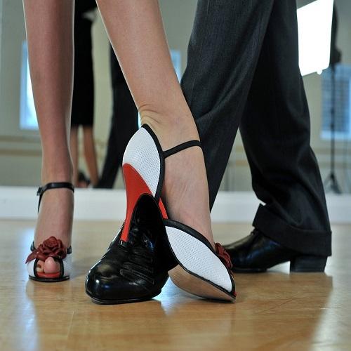 El baile es una buena terapia contra el estrés y fomenta nuestra diversión. Si quieres conocer lugares en los que aprender a bailar en Alicante. ¡Visítanos!