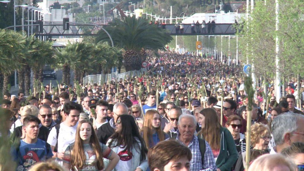 Multitud en romería hacia el santuario de la Santa Faz.